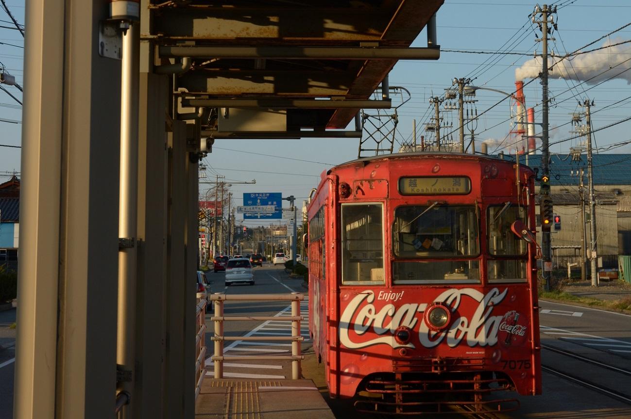 記事コカ・コーラレトロ電車[万葉線] 塗装変更のイメージ画像